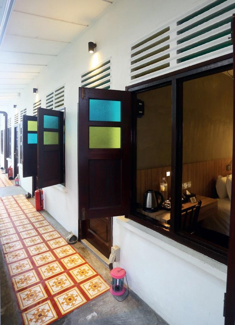 客房前的走道地板特别打造具有娘惹色彩的图案,以及左右打开的窗户也经过设别设计,别具一格。