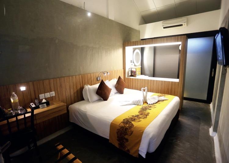 客房的设计分三层次,即躺卧丶梳洗及沐浴空间,层次分明;保留原始的洋灰地面和墙面,配搭木纹板的床头和梳妆台,更散发复古和典雅的意境。