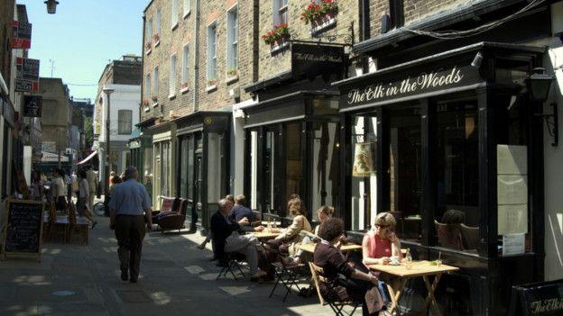 欧洲人的日常生活,也爱走进咖啡馆闲话家常。图为英国伦敦某咖啡馆街边。
