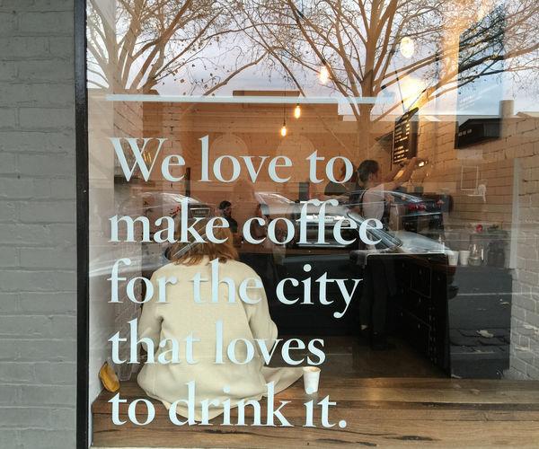 墨尔本城市某家咖啡馆的落地窗。