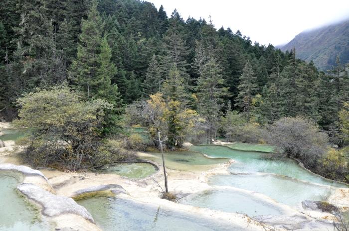 黄龙风景区,是旅者旅游九寨沟必到的景点。