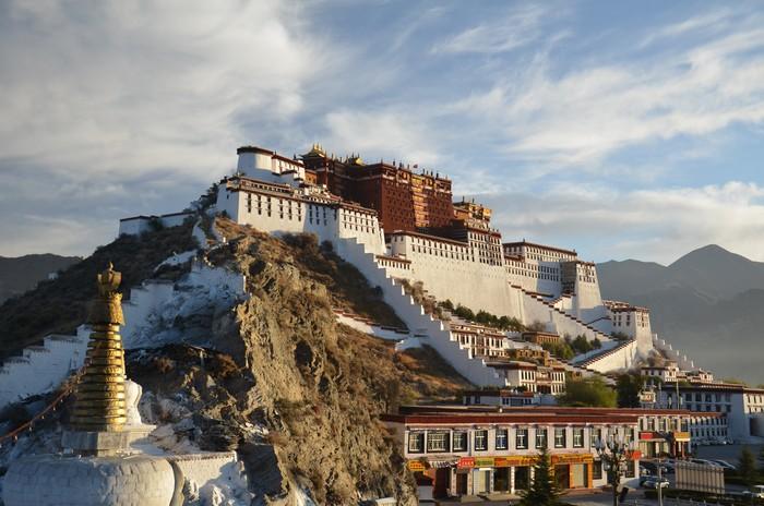 """西藏,是亚洲旅点中必须和高原反应轻则""""擦身而过""""、重则""""紧紧相拥""""的地方。"""
