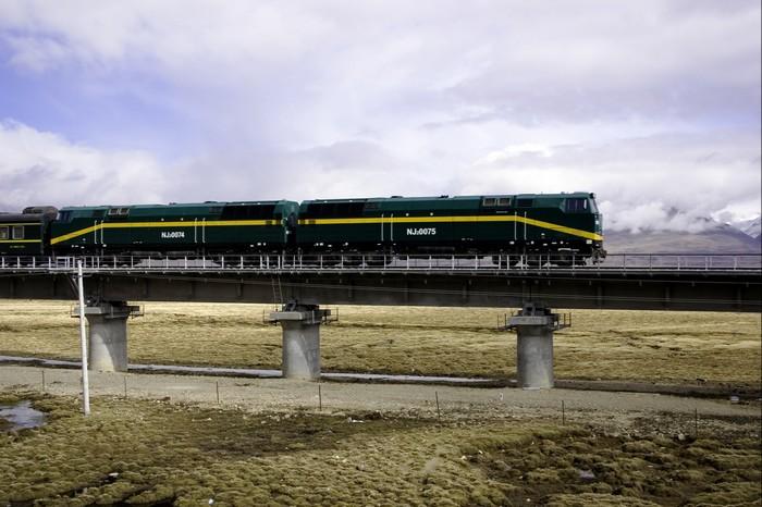 青藏铁路已开运多年,降低了旅人旅游西藏的难度。但在高原反应上,旅者还是得谨慎而行。