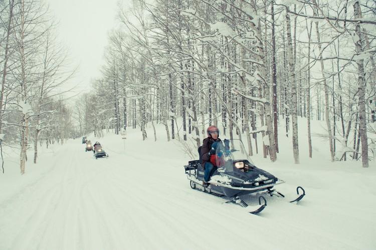 乘坐雪上飞车