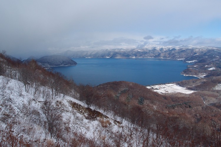 高处眺望北海道的不冻湖--洞爷湖。