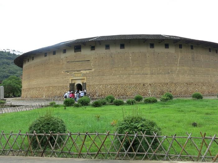 土楼为一圆形的建筑,非常引人入胜。