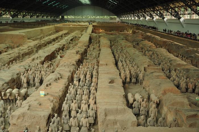 第一位统一中国的皇帝秦始皇,殁于公元前210年,葬于陵墓的中心,在他周围围绕着那些著名的陶俑。结构复杂的秦始皇陵是仿照其生前的都城——咸阳的格局而设计建造的。小陶佣形态各异,连同他们的战马、战车和武器,成为现实主义的完美杰作,同时也具有极高的历史价值。