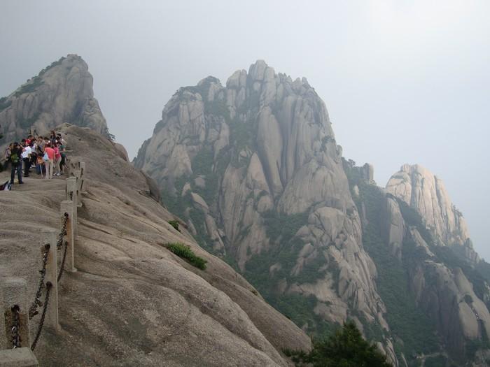 险峻的黄山,和松树交织出超现实的景致。