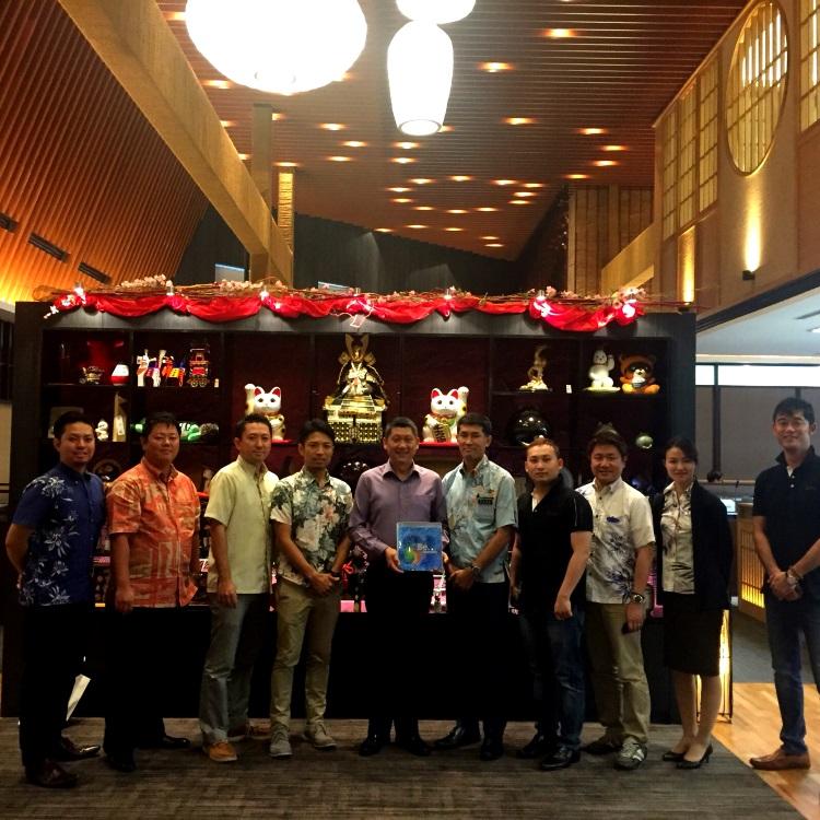 由冲绳县海外事业部课长,米谷保彦(右5),赠送纪念品予