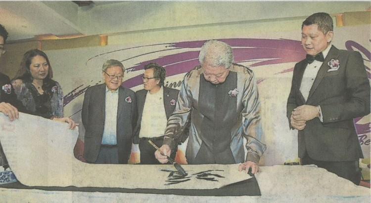 """蔡澜(右2)在李益辉(右)的见证下,挥毫题写""""蘋果旅遊""""墨宝,左起为刘丽萍、钟廷森和徐育兴。"""