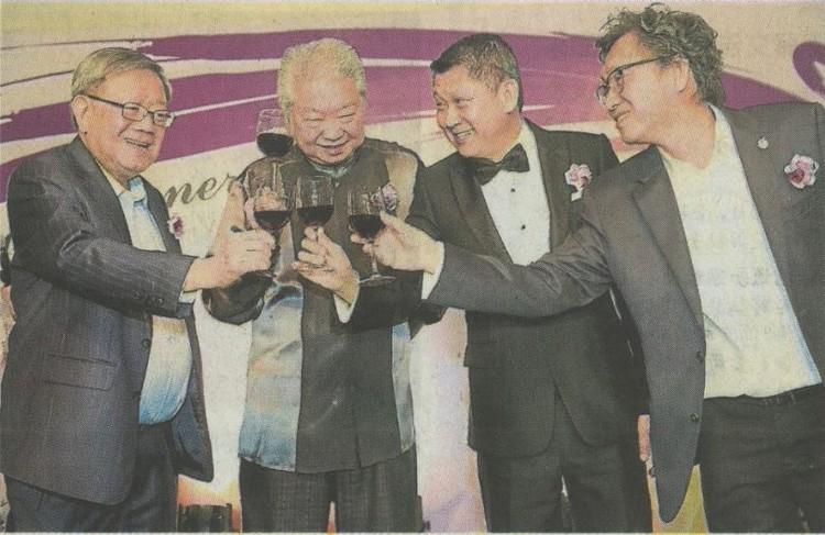 红酒碰杯敬彼此!左起为锺廷森、蔡澜、李益辉和许育兴。