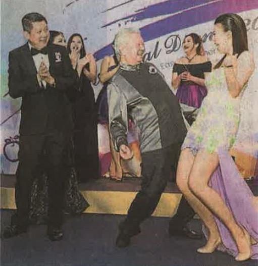 蔡澜像足玩世不恭的老顽童,年逾七十,上台与晚宴筹委主席李裕慧大跳热舞,摆明是人老心不老。李益辉一旁拍掌助兴。