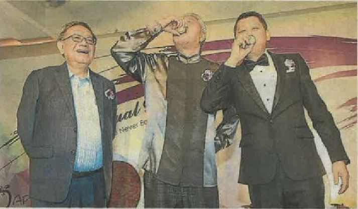 李桑(右)与蔡澜(中)一饮烧酒结为兄弟。左为见证人锺廷森。