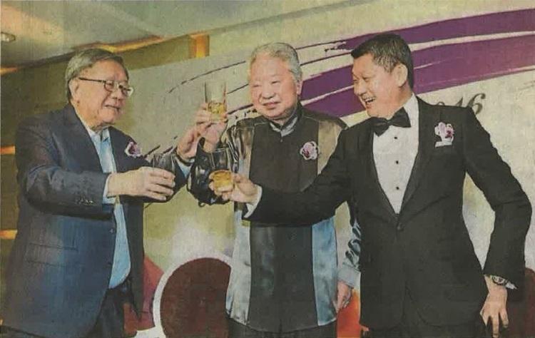 李益辉(右起)与蔡澜义结金兰,由锺廷森见证;三个性情中人上契仪式上敬杯,一饮而尽。