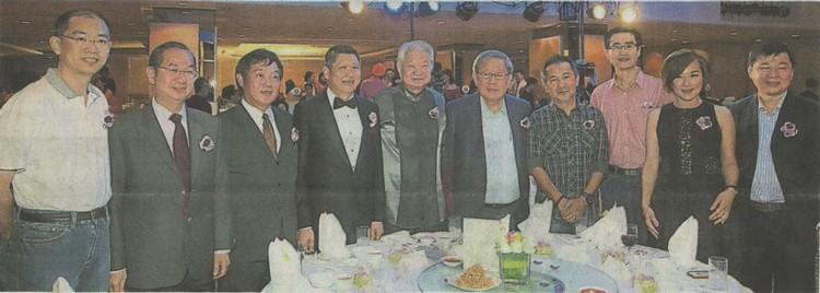 李益辉(左4起)和蔡澜与主桌贵宾搭肩合影,左起为巫光伦、吴恒灿、矢天重信、钟庭森张映坤、陈汉光、王翠玲和何慕杰。