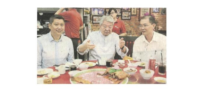 """祖籍广东潮州的蔡澜(中)在潮顺隆菜馆内,分享潮州美食心得。左起为李益辉及""""印象马六甲""""总执行长巫光伦。"""