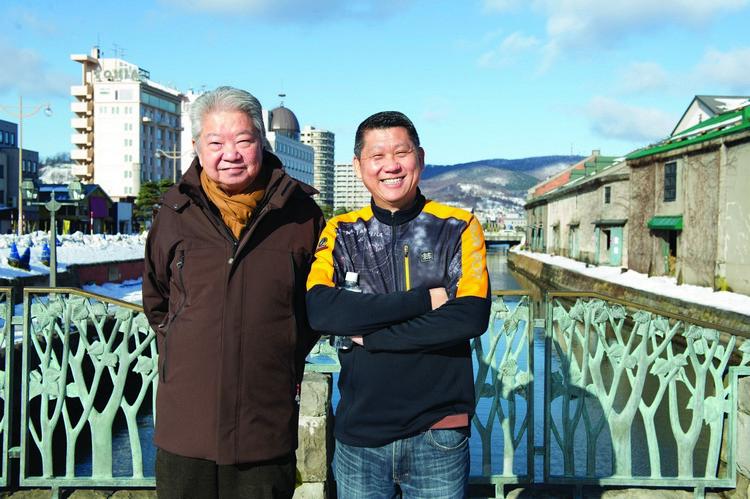 """2013年12月,""""李所当澜""""第一站去到日本北海道,李桑与蔡澜在小樽运河开心合照。"""