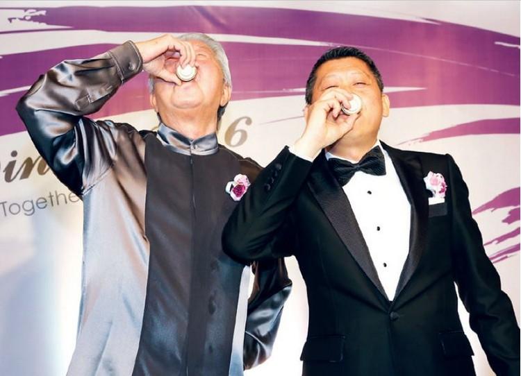"""""""干下这杯酒,我们从此就是有难同当、有福同享的好兄弟!"""""""