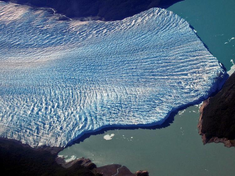 """莫雷诺冰川鸟瞰图,至今仍在向前推进的""""活""""冰川。"""