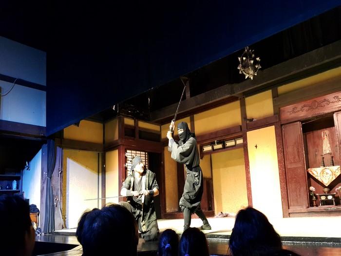 在公园内,你可以参与欣赏各种剧场、忍者格斗秀等等有趣的活动。