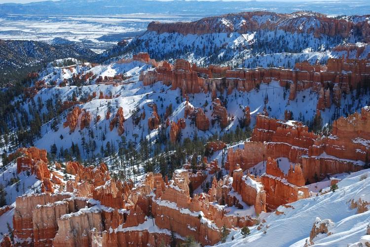 红色峡谷里奇形怪状的石柱上都叠着一层白雪。