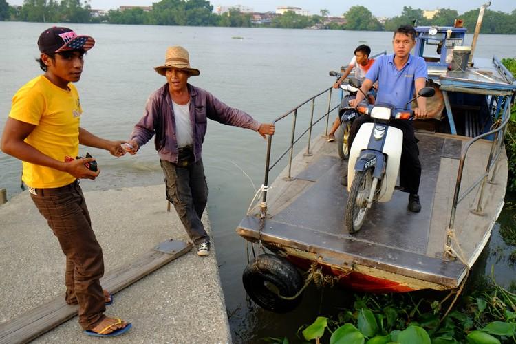 抵达安顺对面港码头时,大家鱼贯地下船。