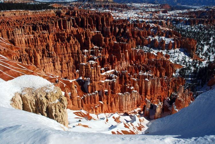 站在山崖上俯望美丽壮观的自然奇景。