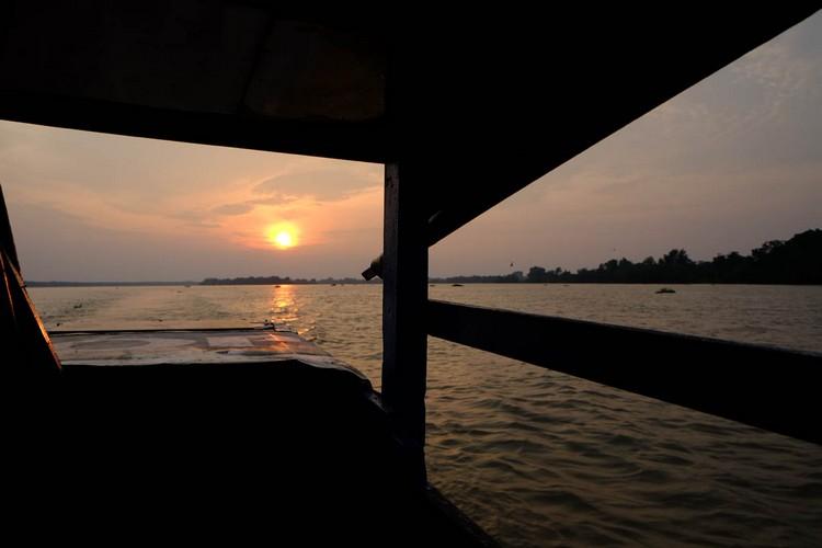 在渡船上吹风看日落,心情也变得亮丽起来。