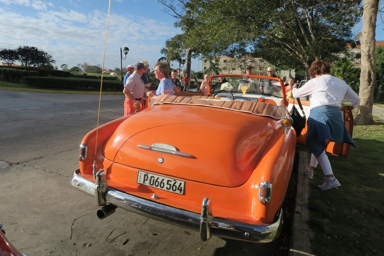 老外可能发觉他的老旧车,出现在古巴街道上。