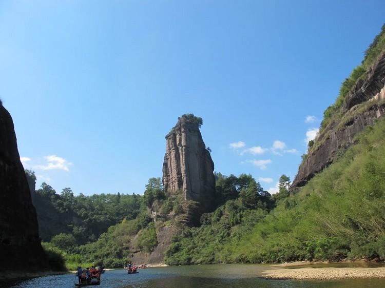 欣赏沿途风光,位于二曲一带远眺玉女峰,也是许多游客选择拍照留念之景。