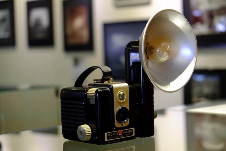 那些年的电影里熟悉不过的道具,让人张不开眼睛的闪光灯,原来一粒灯泡只能闪一次,摄影师还需随身携灯。