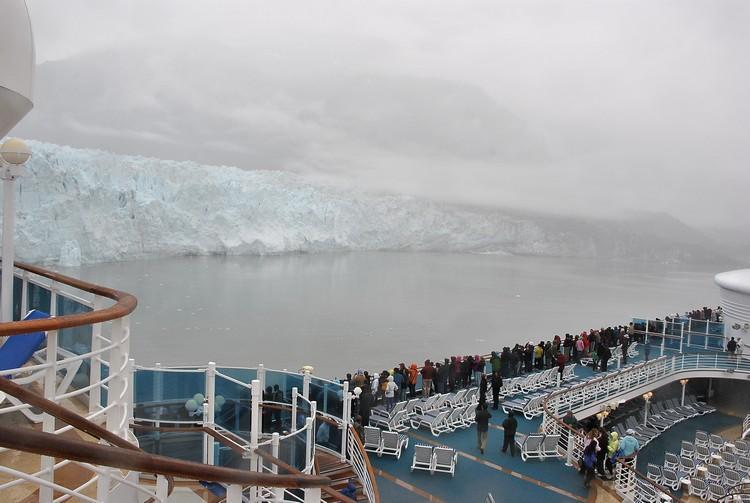 在冰川湾看冰川逐块裂开、崩落,感受大自然震慑人心的力量。