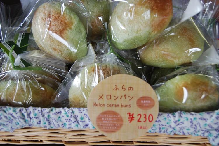 蜜瓜相关制品在其产季时也很盛行,图为蜜瓜面包。
