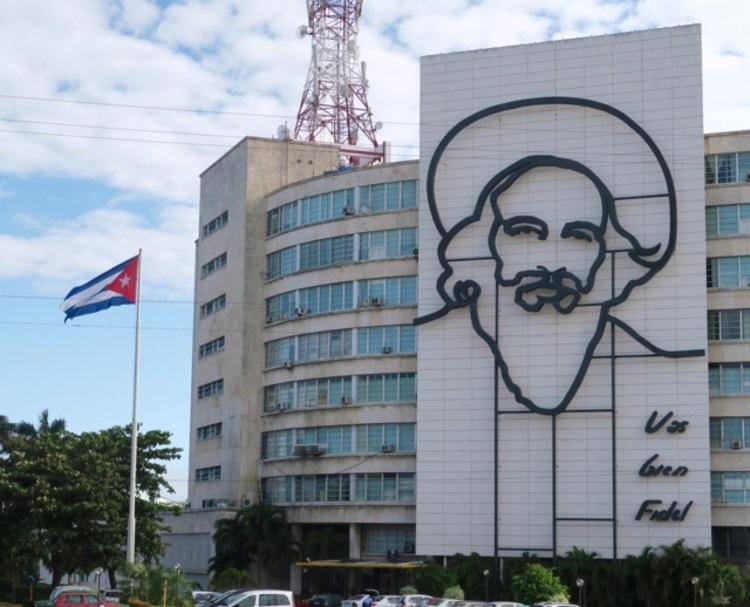 古巴仅见的广告牌;卡斯特羅与格瓦拉!旅游古巴得趁越早越原汁原味。