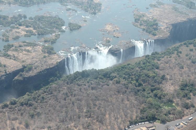 从直升机上鸟瞰维多利亚瀑布,透过瀑布全貌感受它的壮大。