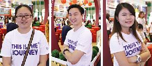 蘋果亞洲资深柜台销售专员陈慧珊(左)、张晓燕(右),与蘋果亞洲柜台销售专员刘俊荣(中),分别作为这次旅展的日本、韩国和台湾,以及中国展摊负责人。