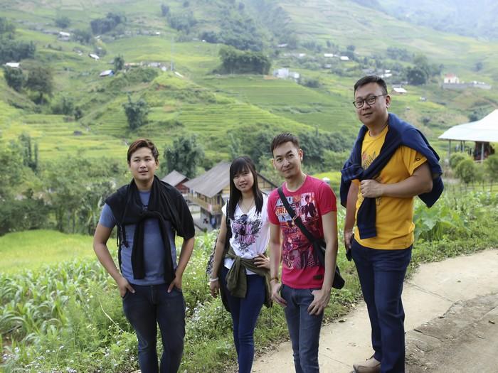 《尚游》编辑团队流着汗水,沿着小径往上爬,就为了与那浩瀚壮观的沙坝梯田留下合影。
