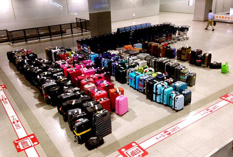 日本关西机场的某一天——各式各样的行李被按照颜色、大小整齐排列着,各自等待着因为出关延迟的主人。