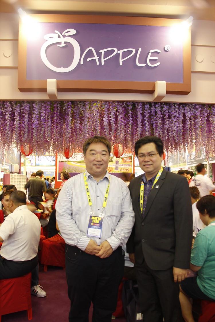 Manabe san(左)和新加坡蘋果旅遊执行董事 张炳珊在紫藤花前留影。