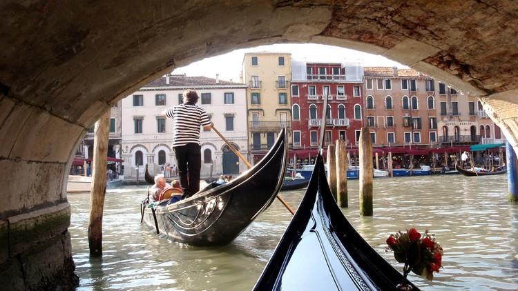 乘坐贡多拉,是游览威尼斯的最佳方式之一。