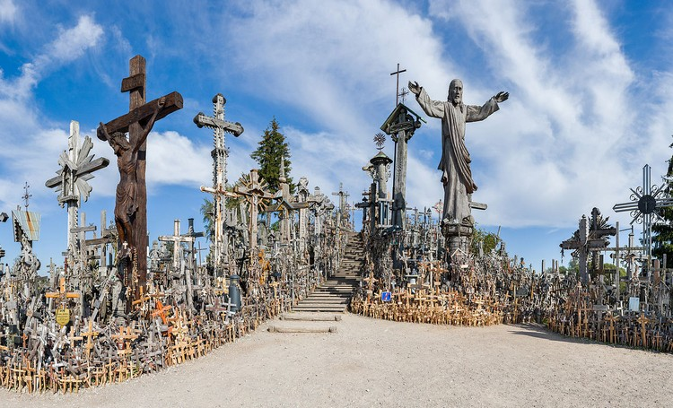 这里安放满满的十字架。