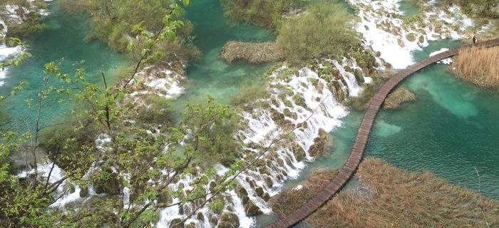鸟瞰瀑布群。