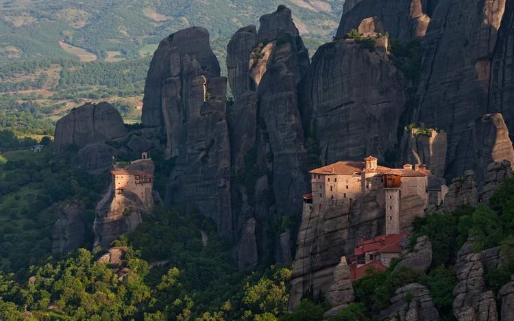 米特奥拉修道院,就在那一幢石柱之上。