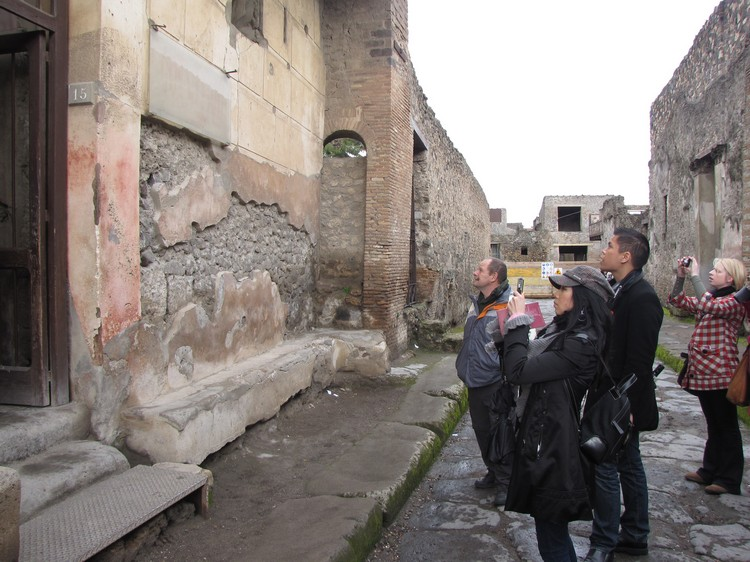 有的遗迹墙面上依旧留下壁画,壁画记载着当时人们的生活方式。