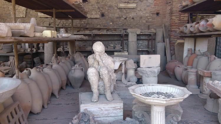 当然,火山灰里头的遗骸透过灌水泥而做成的人体塑像,最叫人震撼。