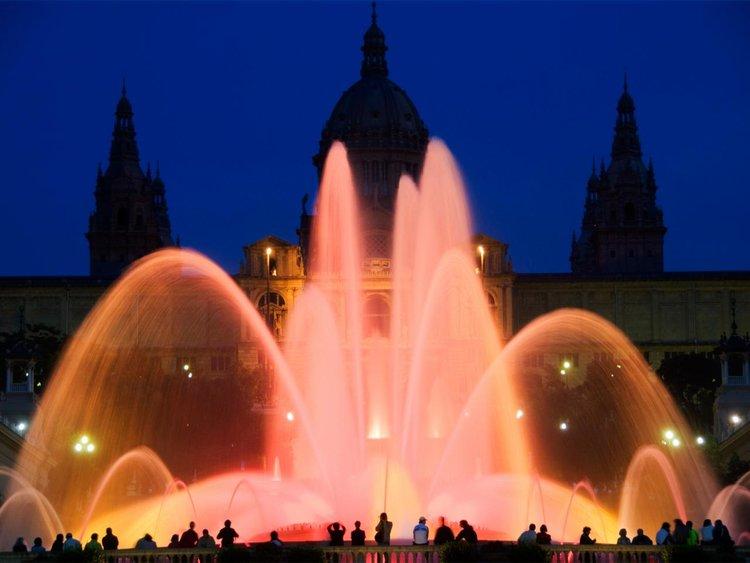 西班牙夜间的喷泉。
