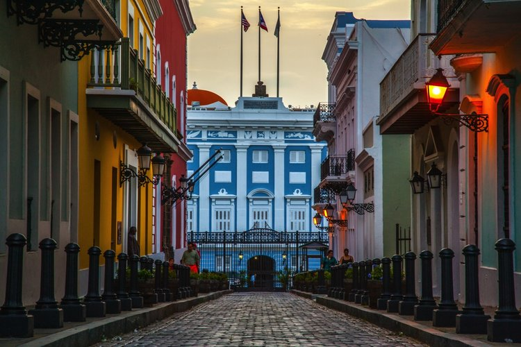 色彩缤纷建筑物犹如置身童话世界。