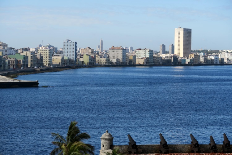 古巴首都哈瓦那;从被制裁55年中求存,生命毅力超强。