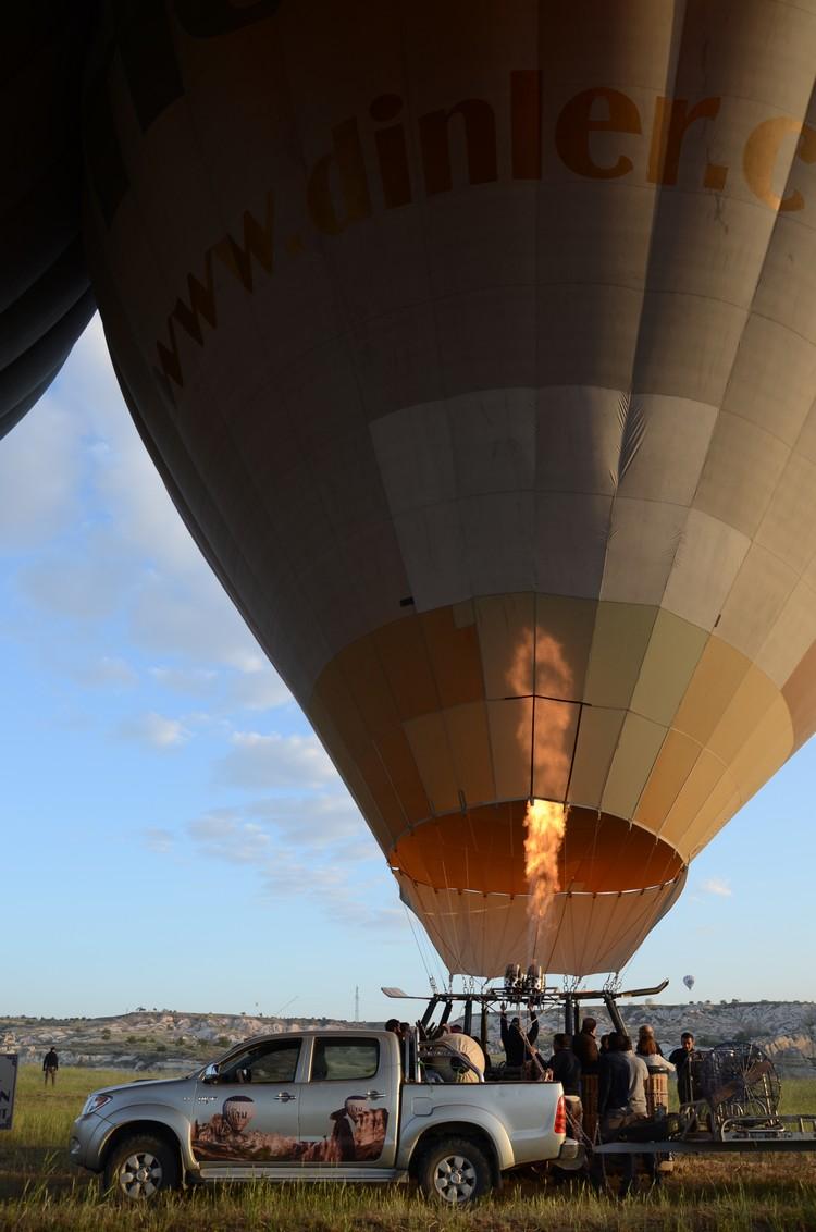 乘坐热气球,是欣赏这里的景色。