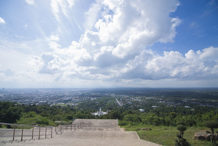 站佛寺竖立在山顶上,能俯瞰整个合艾。